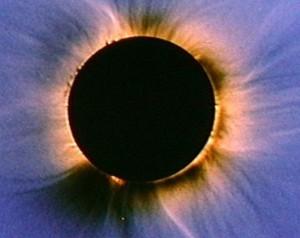 La couronne solaire observée en occultant le disque solaire