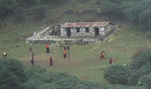 moines jouant au foot dans l'Himalaya
