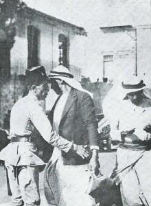 1929 : Policier fouillant un Arabe suspect à Jérusalem