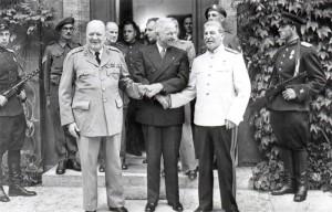 Churchill représente le Royaume-Uni lors des premiers jours de la conférence de Potsdam.