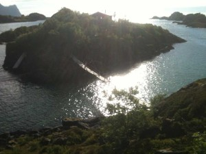 petite île reliée par un pont à Senja