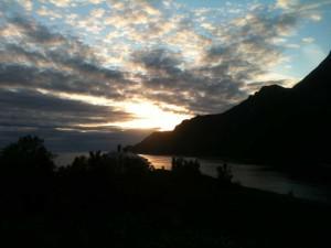 Minuit sur l'île de Husöy, après le Soleil se cache derrière la montagne!