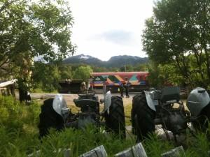 Senjatrollet : moteurs anciens de bateau montés sur des tracteurs