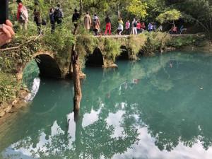 touristes sur le pont de pierre (?) de Daqikong