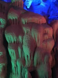 stalactites de pierre dans les grottes karstiques
